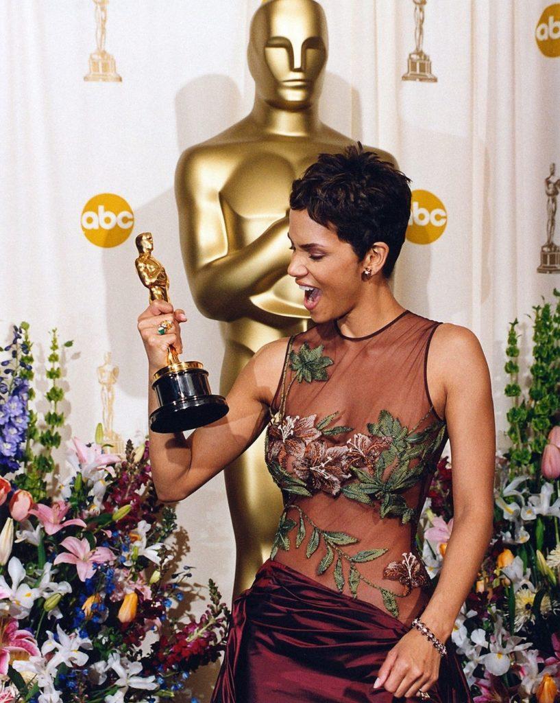 """Актриса Хелли Берри держит в руках статуэтку Оскар. Актрисы получившие """"Оскар"""""""