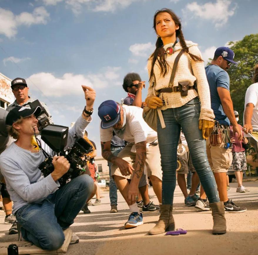 Актриса Изабела Монер и режиссер Майкл Бэй на съемочной площадке фильма Трансформеры Последний Рыцарь.