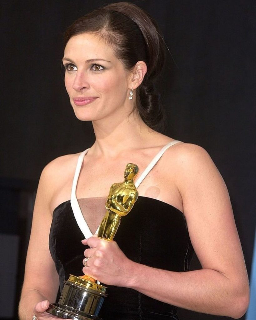 """Актриса Джулия Робертс со статуэткой Оскара в руках. Актрисы получившие """"Оскар"""""""
