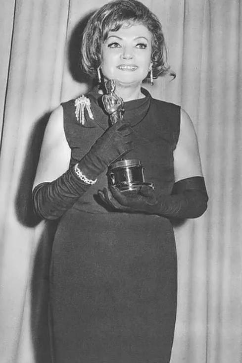 Русская актриса Лиля Кедрова со статуэткой Оскар в руках. Первая русская актриса с Оскаром.