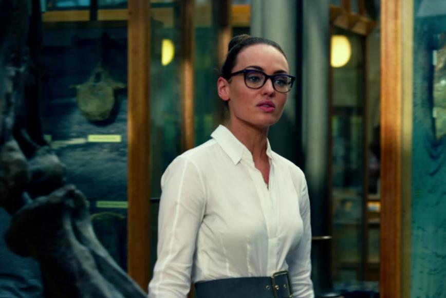 Актриса Лора Хэддок в очках в фильме Трансформеры Последний Рыцарь.