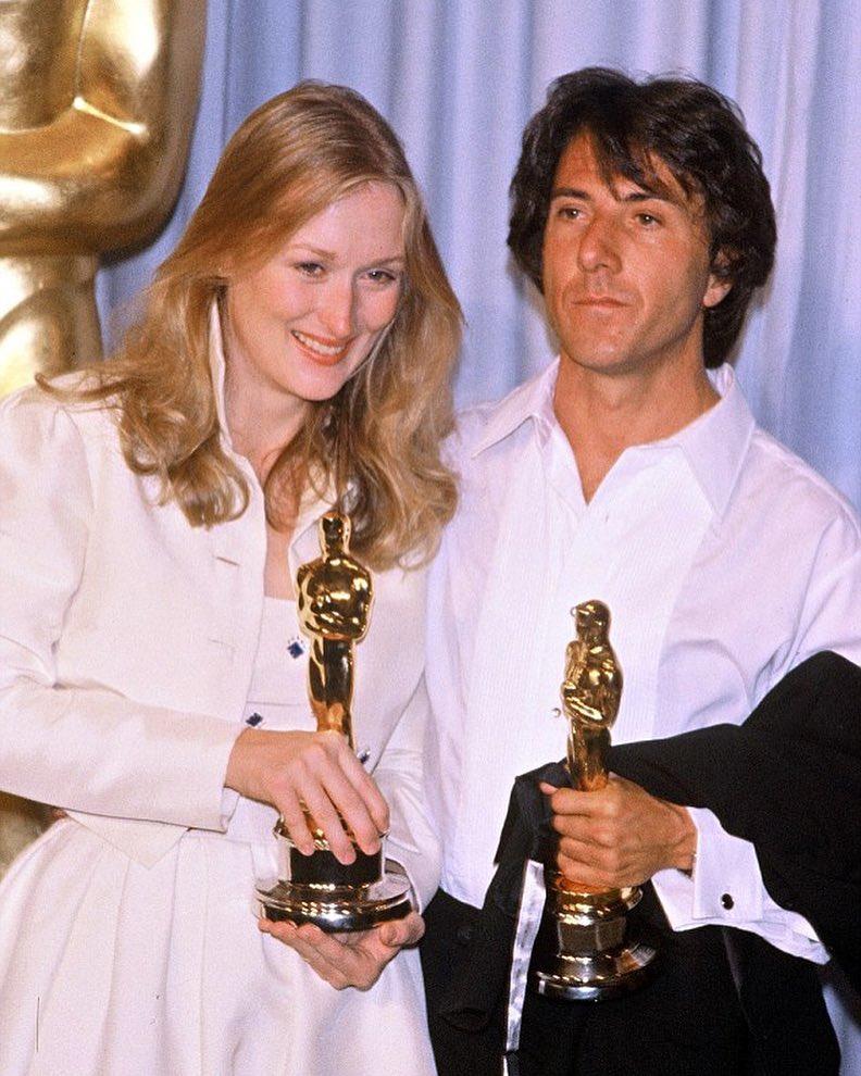 Актер и актриса со статуэтками оскара в 1980 году. Премия вручения.