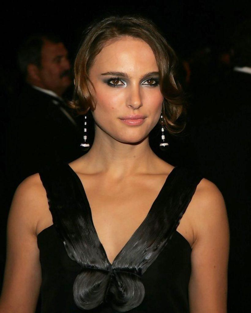 Актриса Натали Портман в черном платье.