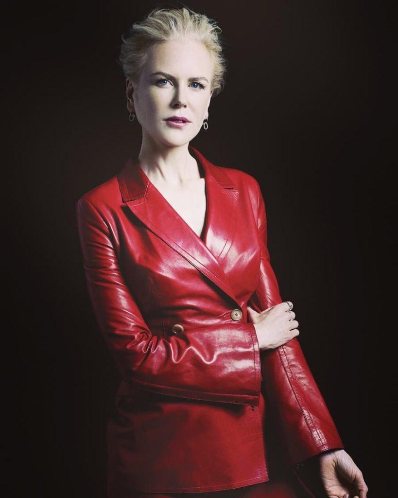 Актриса Николь Кидман в красном кожаном пиджаке.