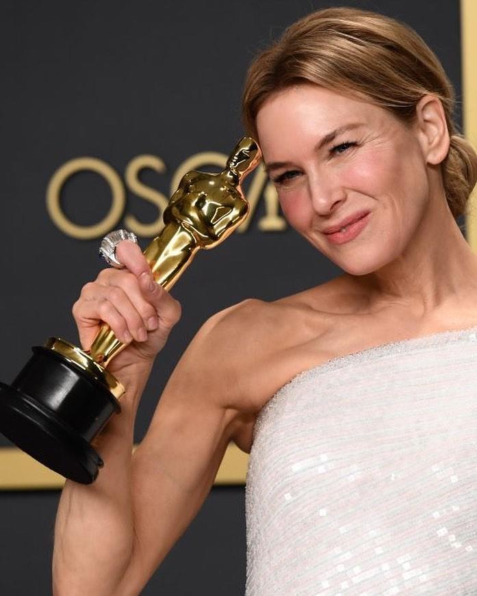 """Рене Зеллвегер со статуэткой Оскара в руках. Актрисы получившие """"Оскар"""""""