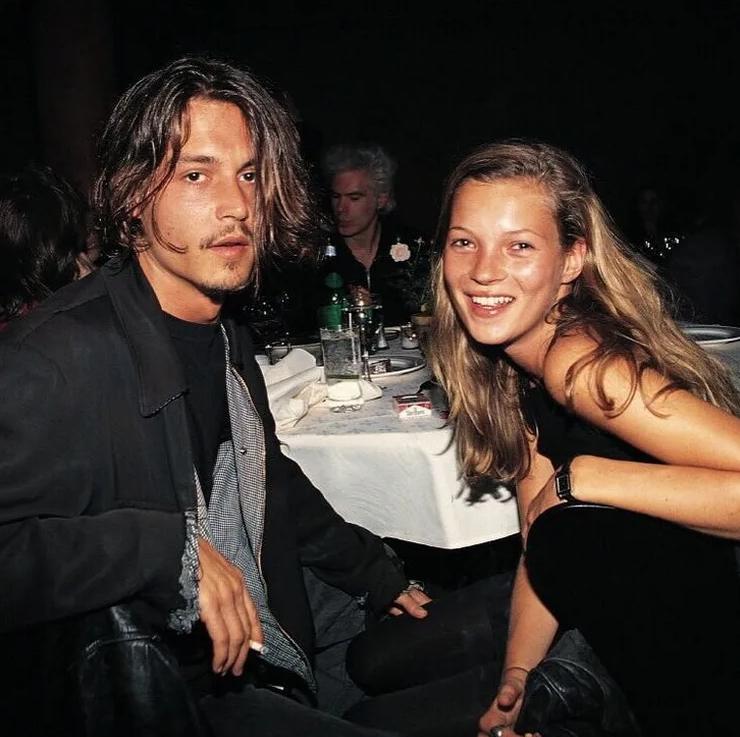 Супермодель Кейт Мосс и Джонни Депп в молодости за столом в ресторане.