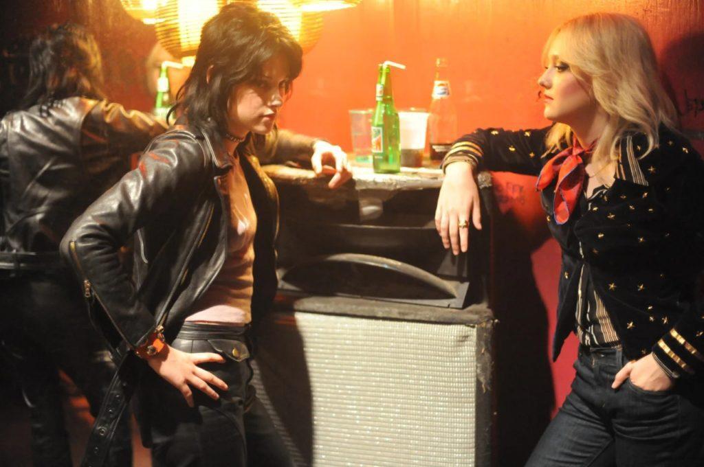 Актриса Дакота Фаннинг и Кристен Стюарт возле барной стойки.