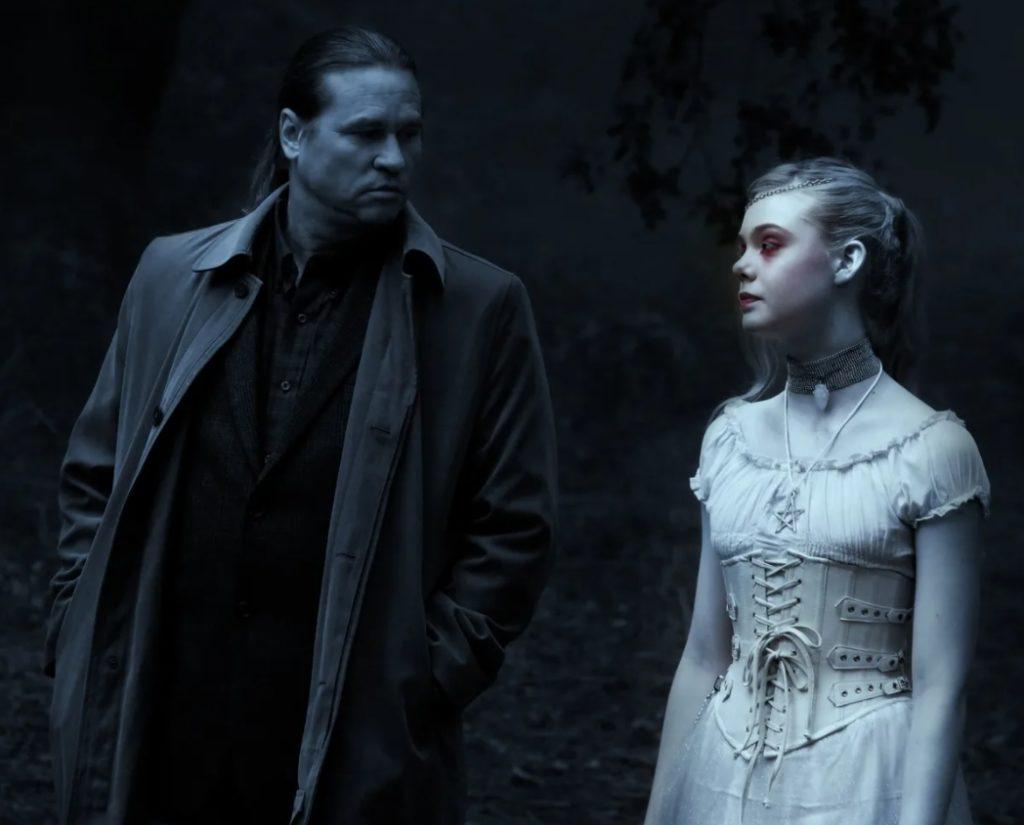 Актриса Эль Фаннинг в роли призрака. Рядом Вэл Килмер.