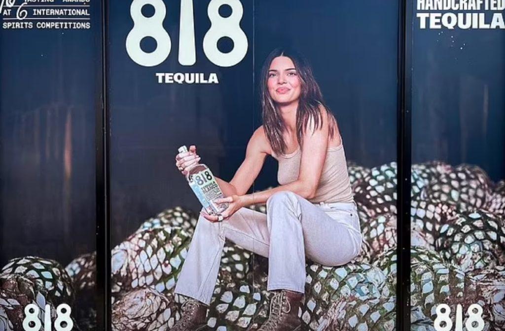 Кендалл Дженнер в рекламной акции текилы.