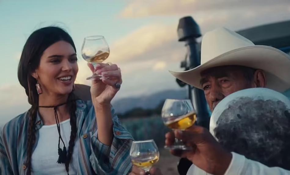 Кендалл Дженнер пьет текилу с мексиканцами.