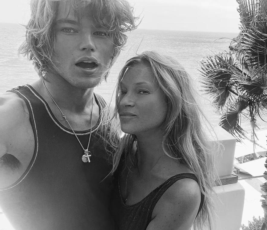 Модель Кейт Мосс и ее парень на фоне моря.