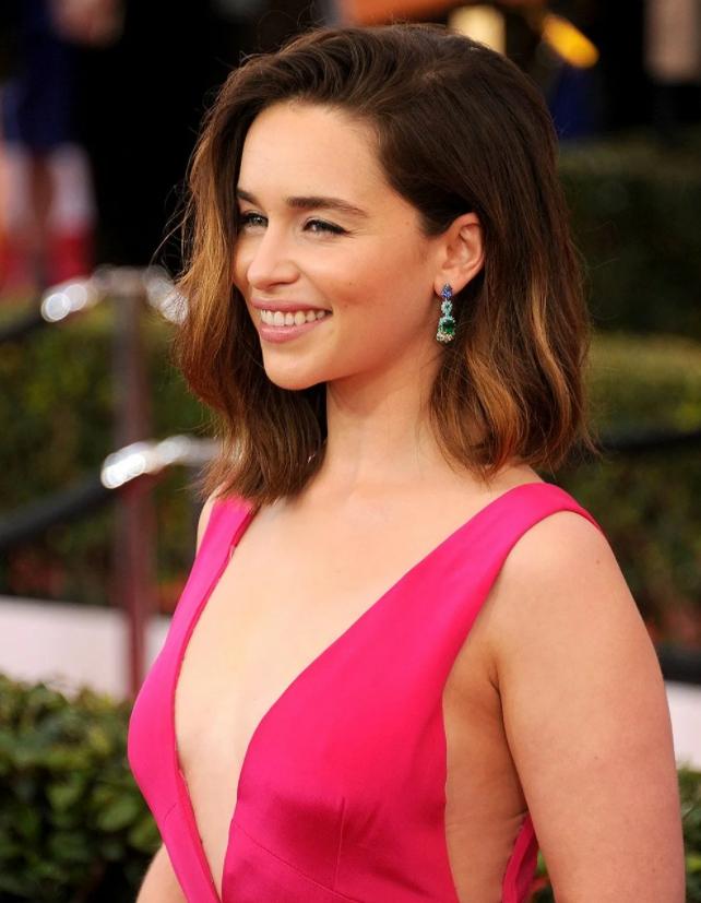 Актриса Эмилия Кларк в розовом вечернем платье.