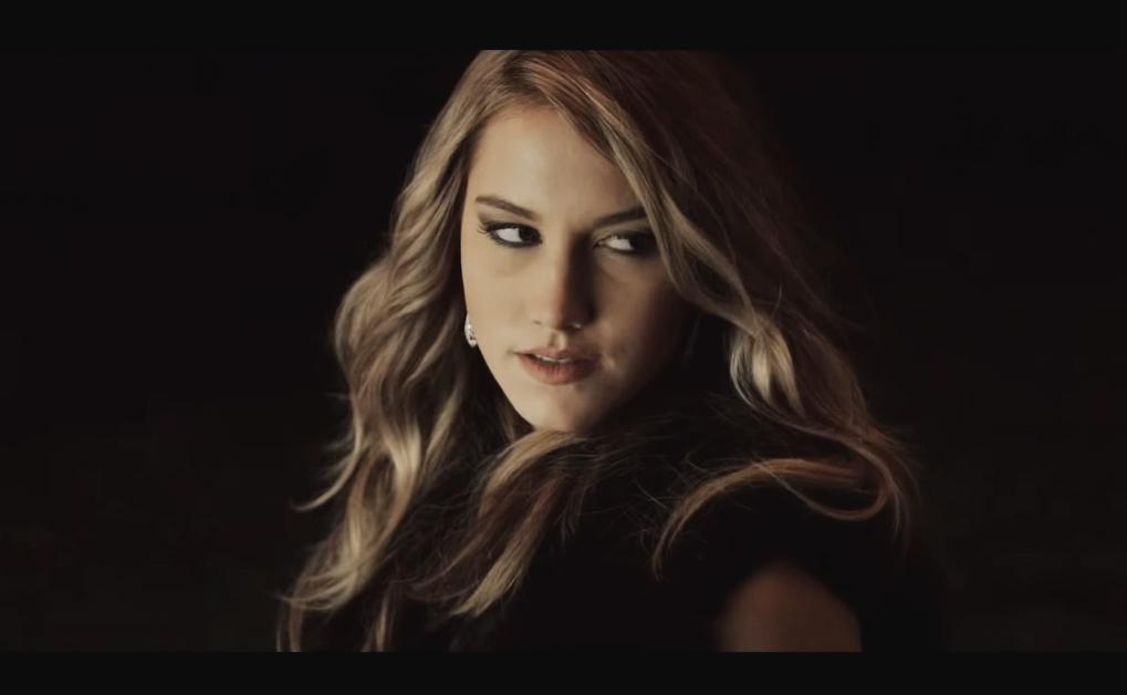 Модель и актриса Бруклин Деккер. Кадр из клипа.