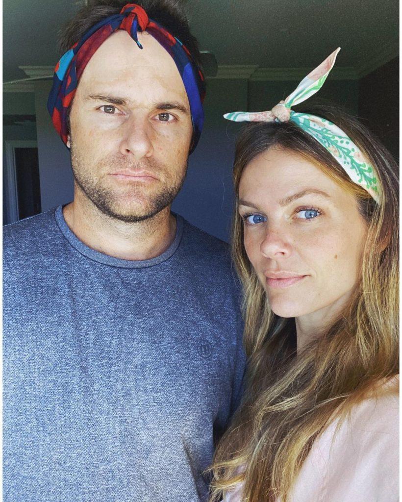 Модель и актриса Бруклин Деккер и ее муж с повязками на голове.