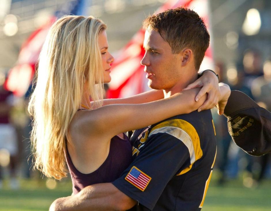 Модель и актриса Бруклин Деккер обнимает моряка.