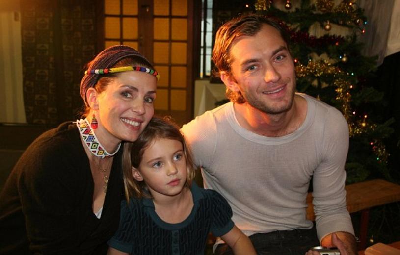 Модель Айрис Лоу и ее родители и отец Джуд Лоу возле Новогодней елки.