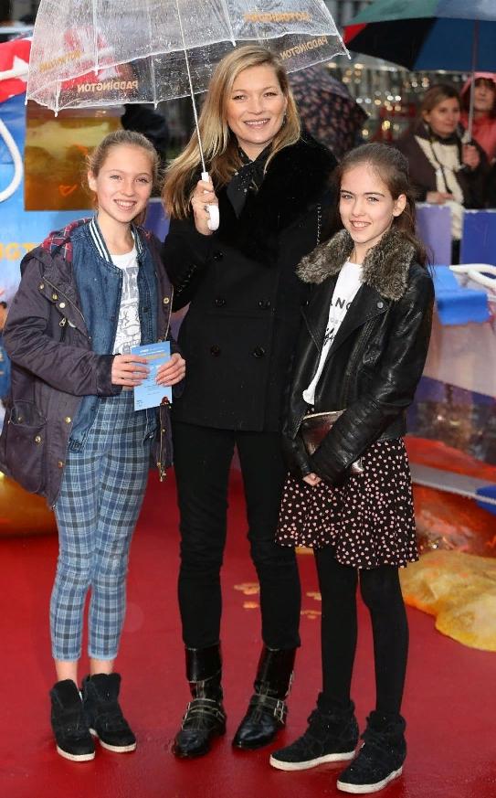Модель Айрис Лоу в детстве вместе с Кейт Мосс и Лилой Мосс стоят под зонтиком.