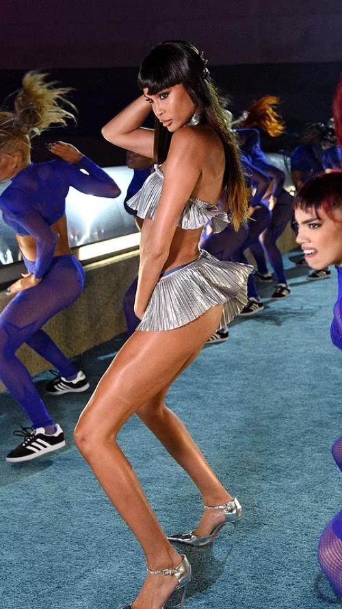 Шоу Savage X Fenty 2021. Джоан Смоллс танцует.