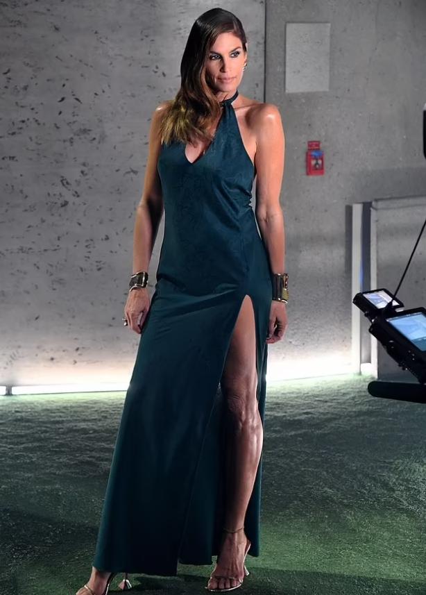 Шоу Savage X Fenty 2021. Синди Кроуфорд в вечернем платье.