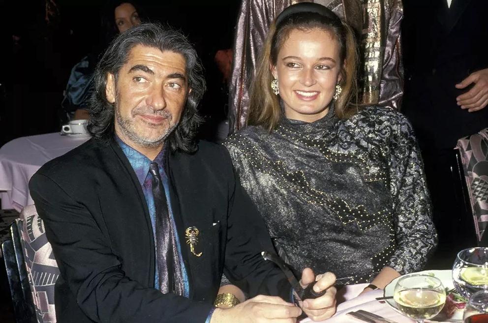 модельер Роберто Кавалли и Жена Ева на ужине за столом.