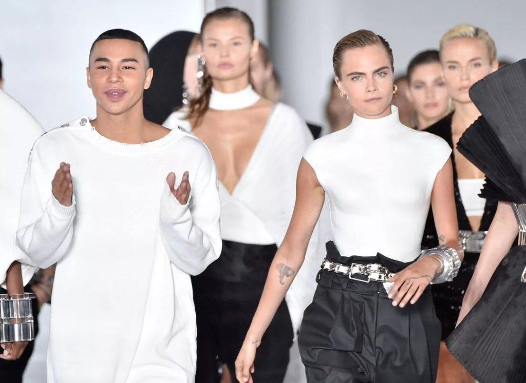 Дизайнер и модельер Оливье Рустен и кара Делевинь в одежде Бальман.
