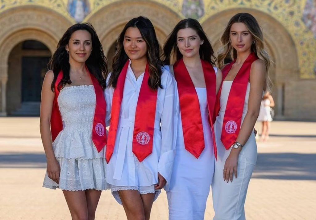 Ева Джобс на выпускном в Стэнфорде.