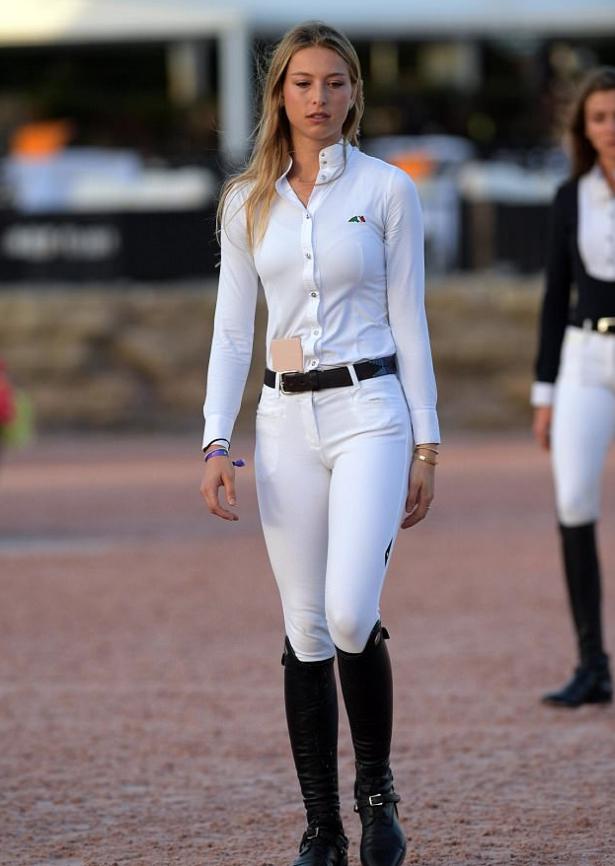 Ева Джобс идет в форме жокея.