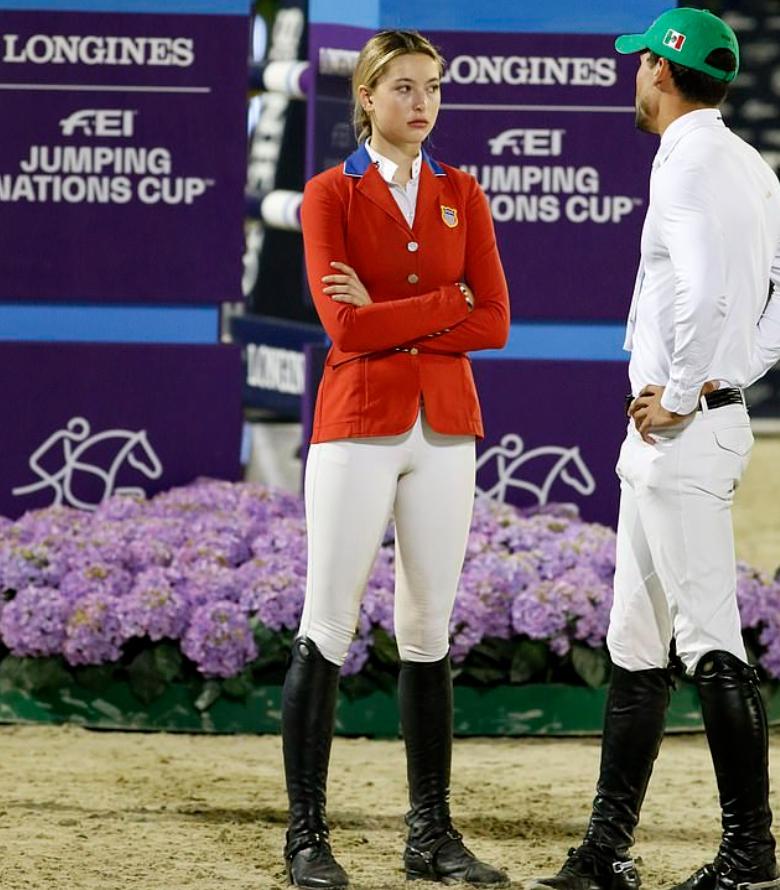 Ева Джобс на поле по конному спорту в форме жокея.
