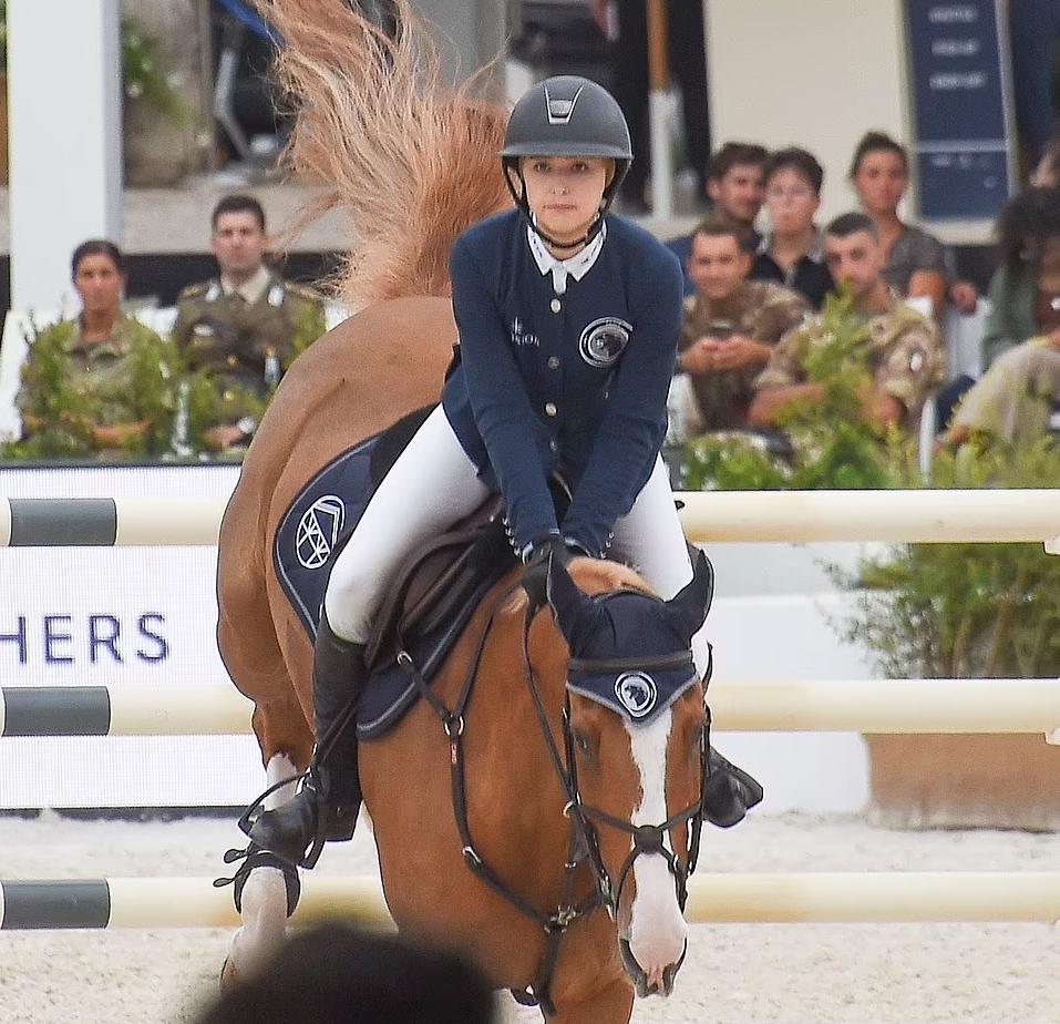 Ева Джобс на лошади. Конные скачки.
