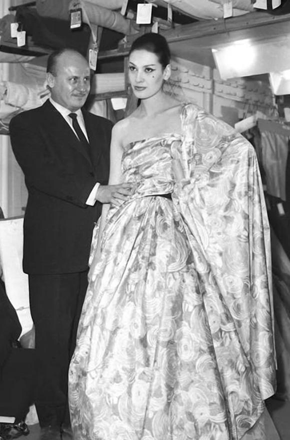 Модельер, дизайнер и кутюрье Пьер Бальмен рядом с моделью стиля jolie madame